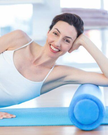 donna che usa il foam roller sulle braccia