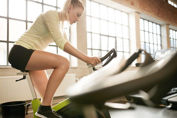 donna che si allena con la cyclette
