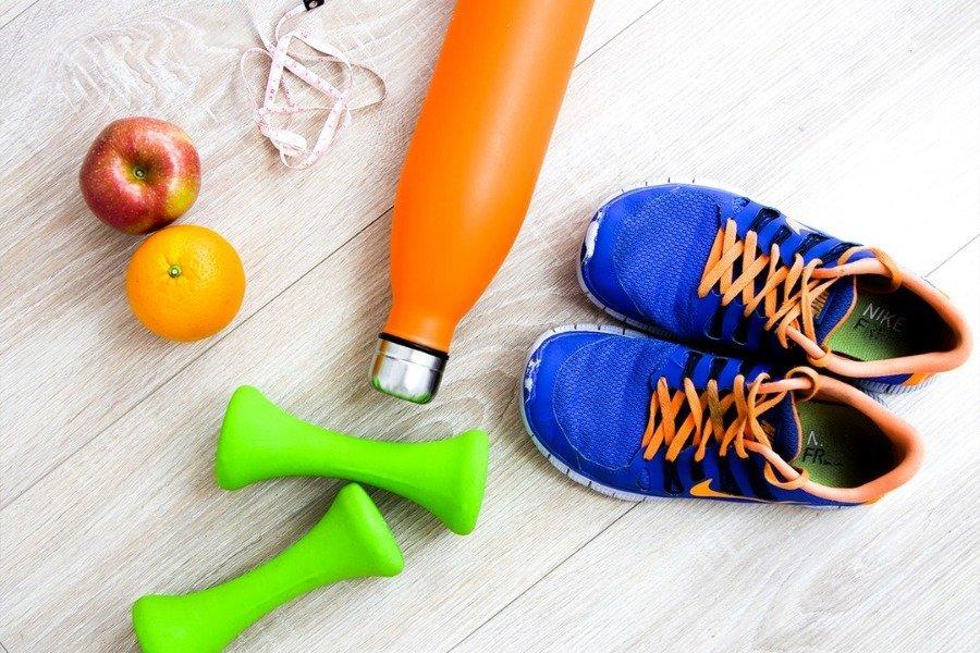 frutta attrezzi e scarpe da ginnastica